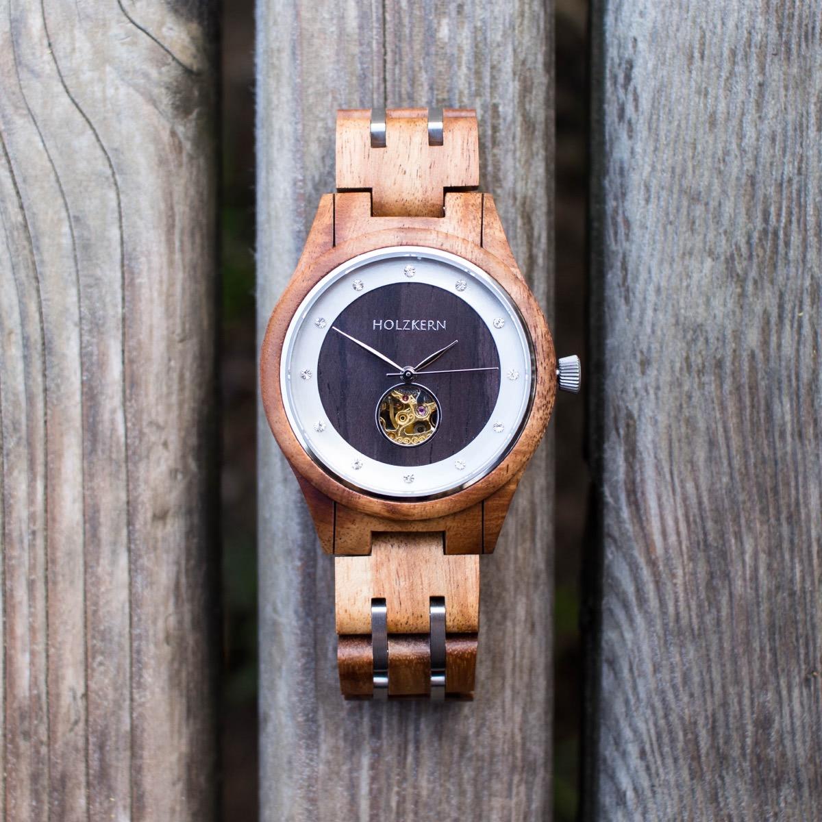 Damen-Holzuhr der Firma Holzkern namens Gretel aus Walnuss und Leadwood mit Automatik-Uhrwerk auf Holzbrettern