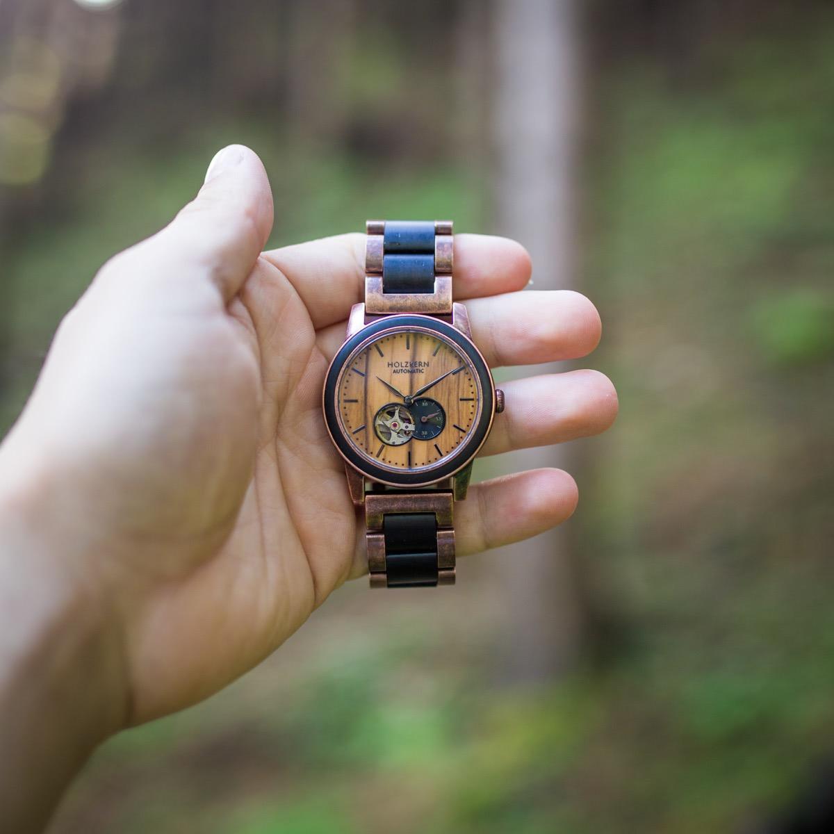 Das Modell Rio von Holzkern ist die Fusion einer Automatikuhr mit einer Holzuhr.