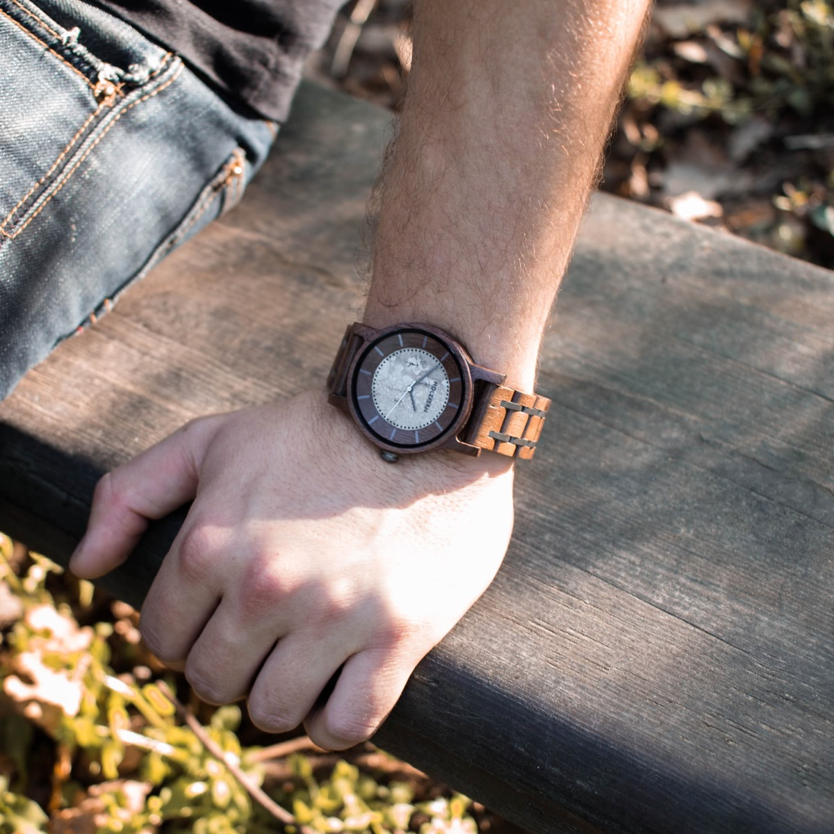 Die Holzuhr James der Marke Holzkern mit dunklem Walnussholz und hellem Jaspis-Ziffernblatt getragen am Herrenhandgelenk