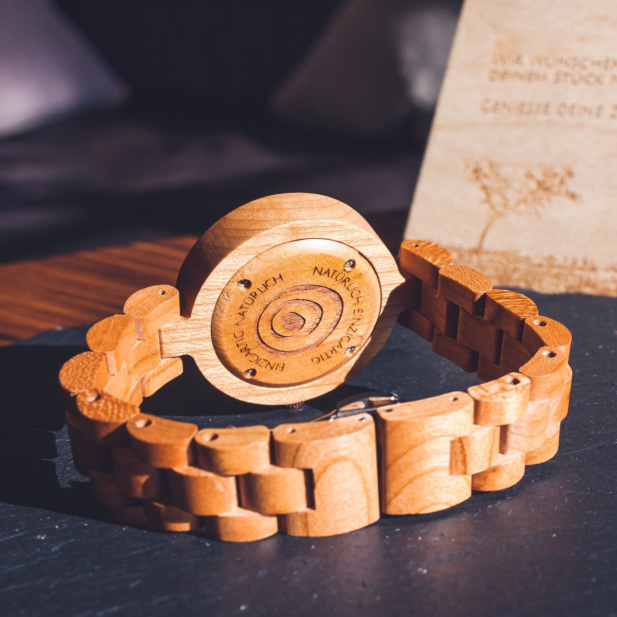 Die Unterseite der Holzuhr Kirschblüte zeigt das Logo von Holzkern