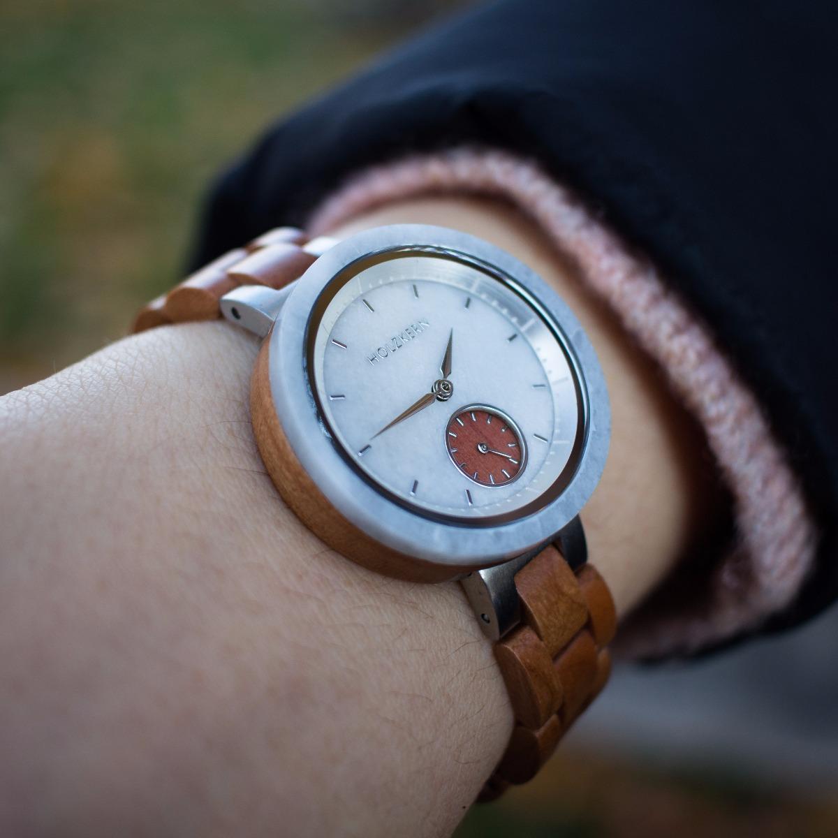 Ein Blick auf das Handgelenk dieser Dame zeigt die Holzuhr Luna von Holzkern