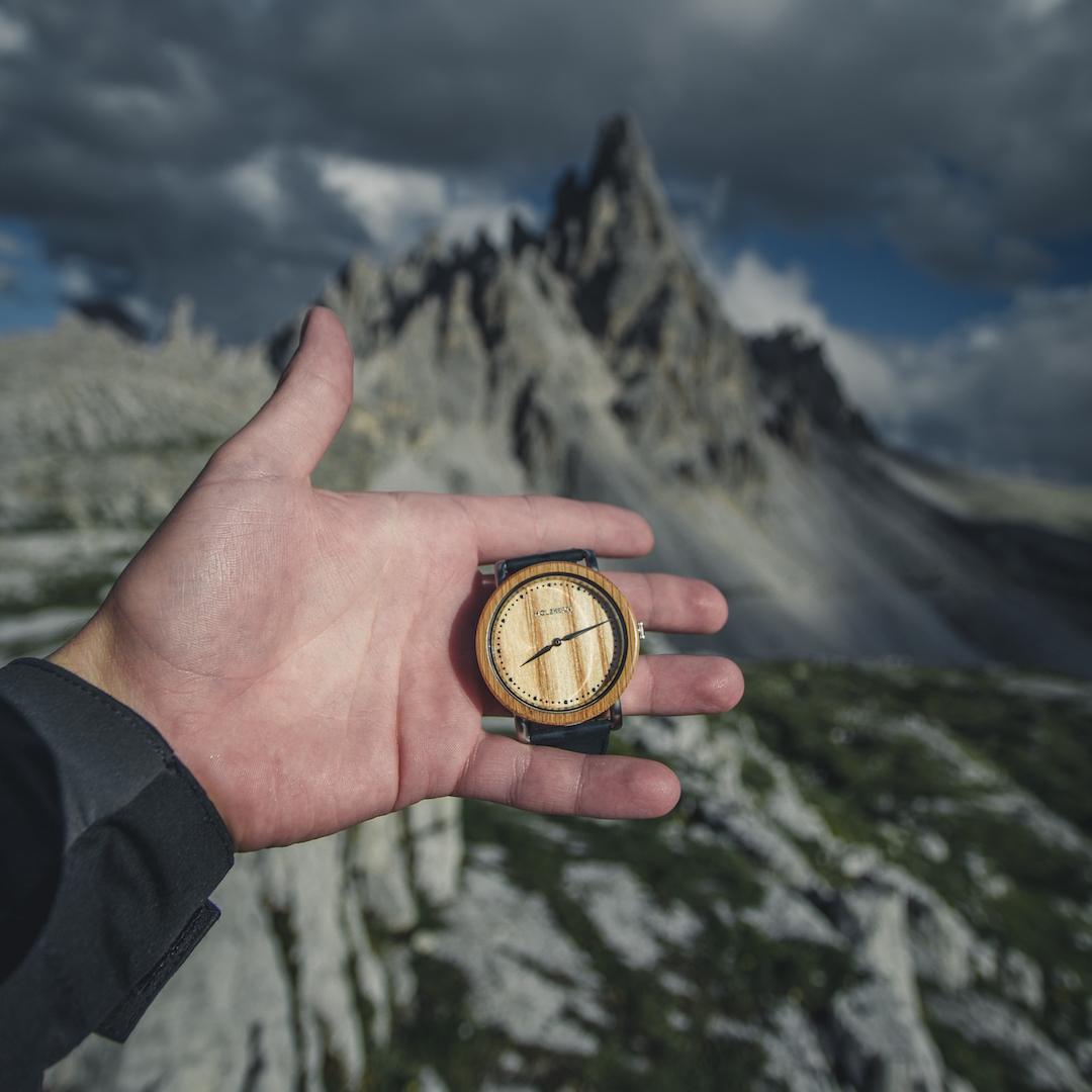 Holzkern Holzuhr Merkur vor einer beeindruckenden Felsformation