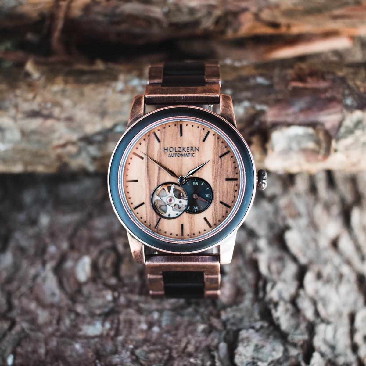 Kupferfarbener Edelstahl und natürliche Materialien machen die Holzuhr Rio zu einem besonderen Exemplar von Holzkern