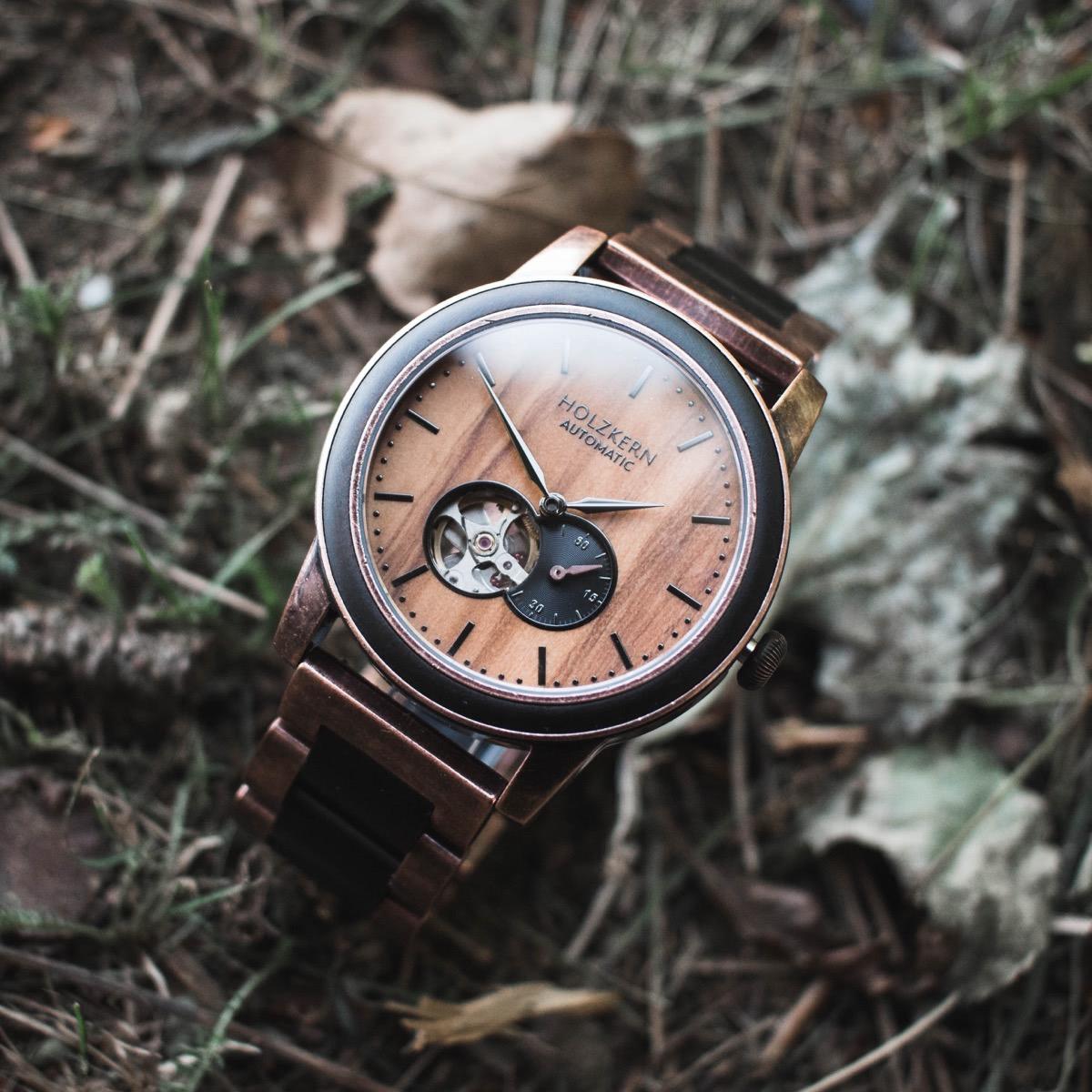 Die Holzuhr Rio aus Leadwood und Olivenholz besitzt ein Automatikuhrwerk, das man am Bild erkennen kann