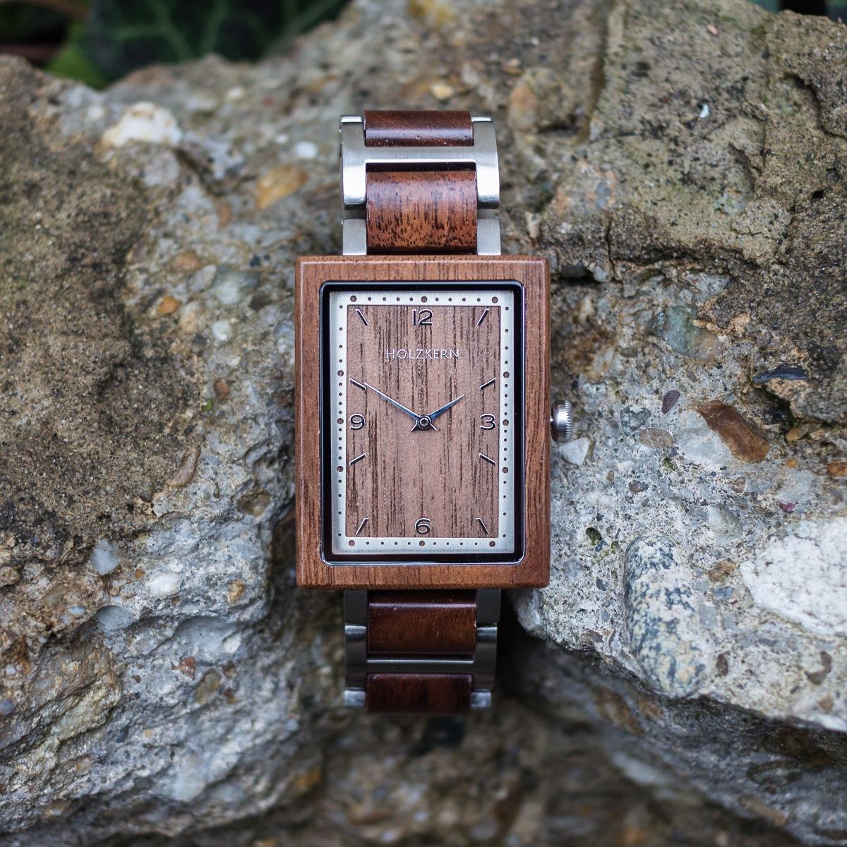Das Modell Spagna ist eine Holzuhr aus Walnuss & Edelstahl in Silber