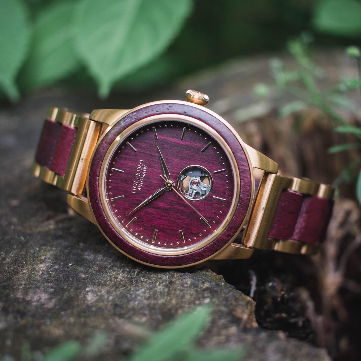 Holzkern Holzuhr Tokio mit Automatik-Uhrwerk im Wald