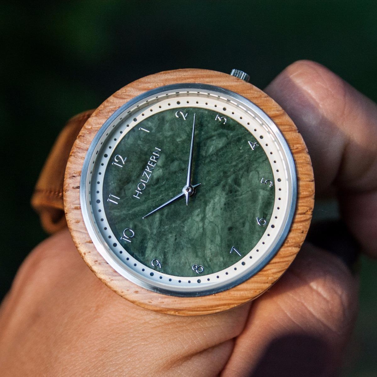 Detailansicht auf das edle Ziffernblatt der Holzuhr Vertigo, das aus echtem grünen Marmor gefertigt wird