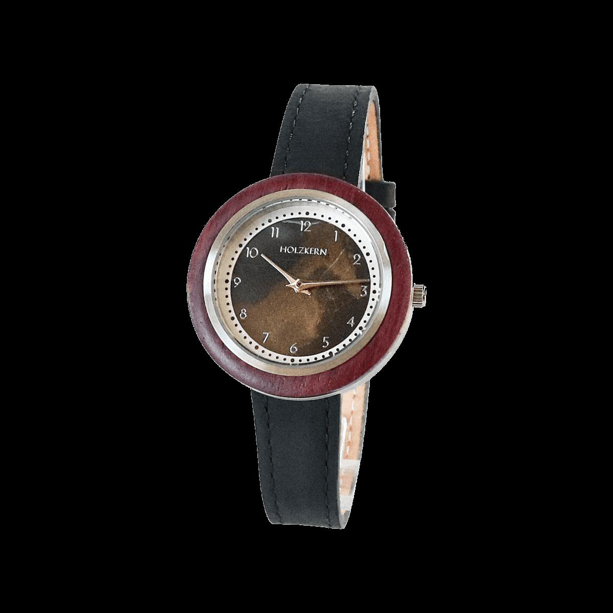Eine Kombination aus braunem Marmor, Amaranth undd schwarzem Echtlederarmband macht diese Holzuhr von Holzkern zu einem besonderen Modell