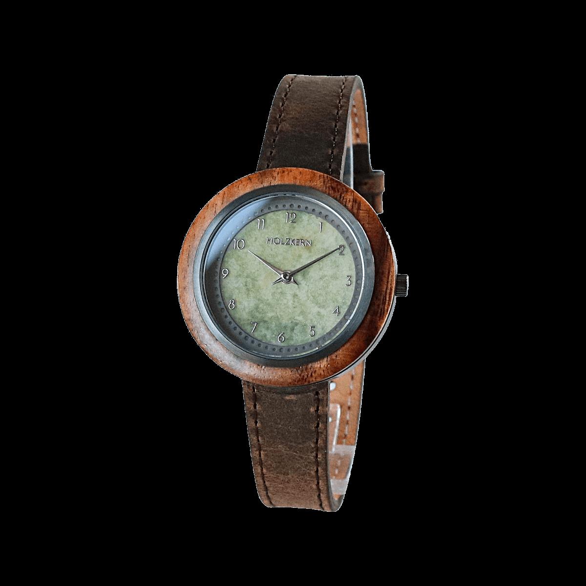 Eine Lünette aus Akazie in Verbindung mit einem Ziffernblatt aus echtem Achat machen die Holzuhr Terrazza von Holzkern zu einem besonderen Exemplar