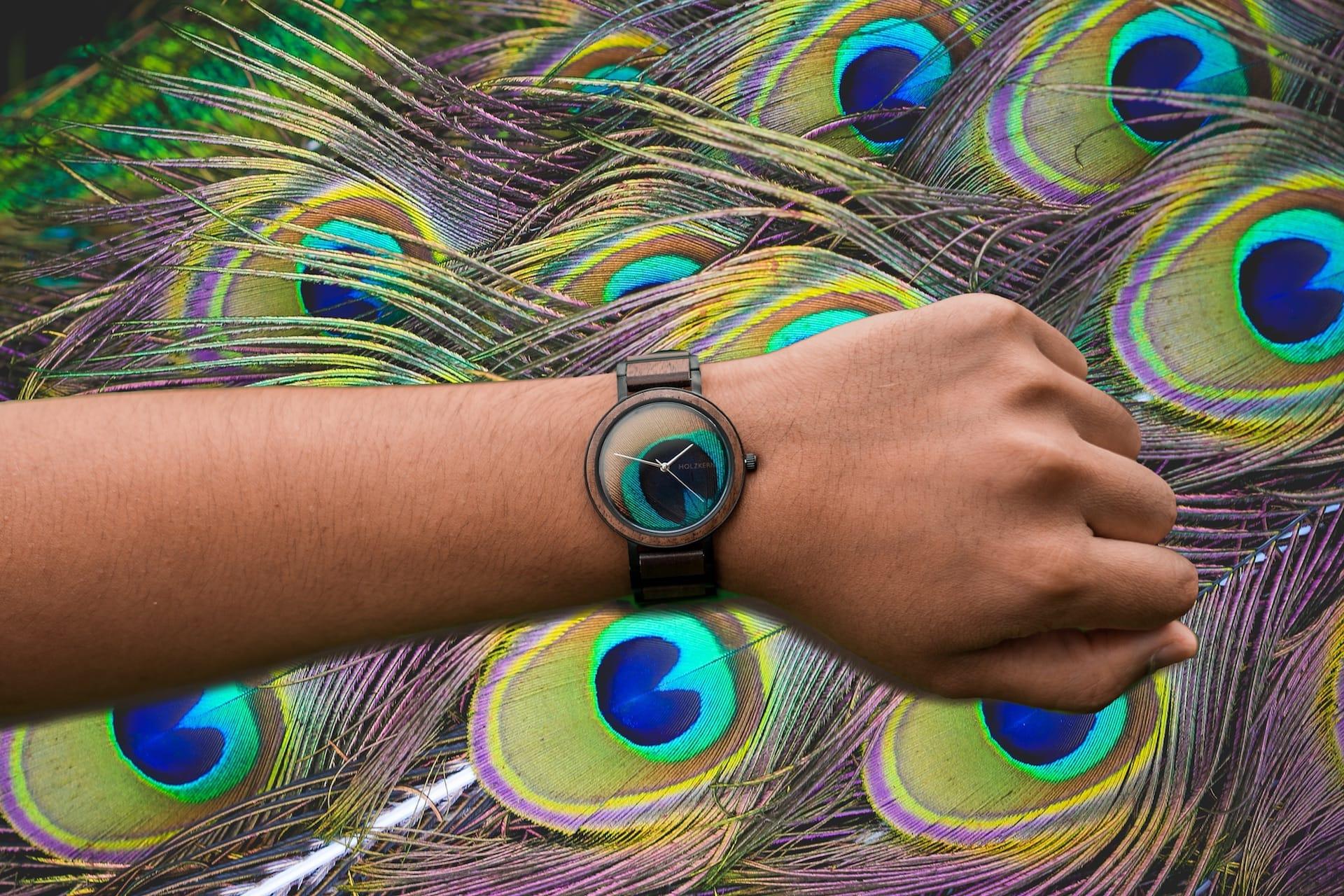 Einzigartige Uhren aus leuchtenden Pfauenfedern!
