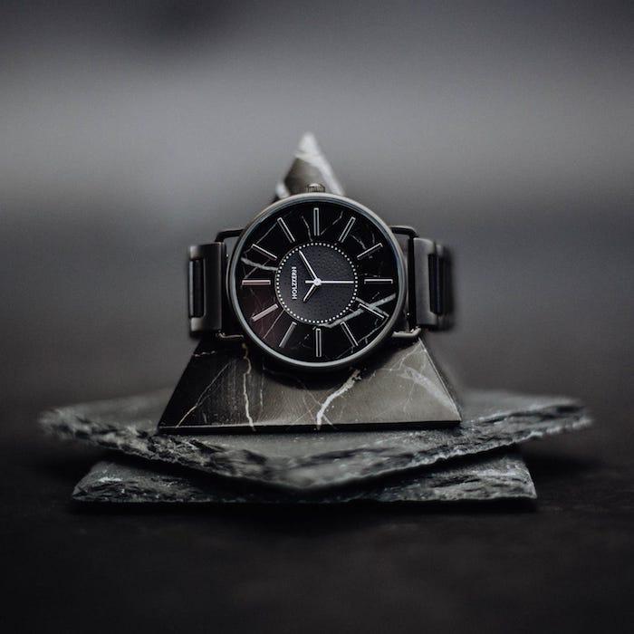 Schwarze Uhren von Holzkern