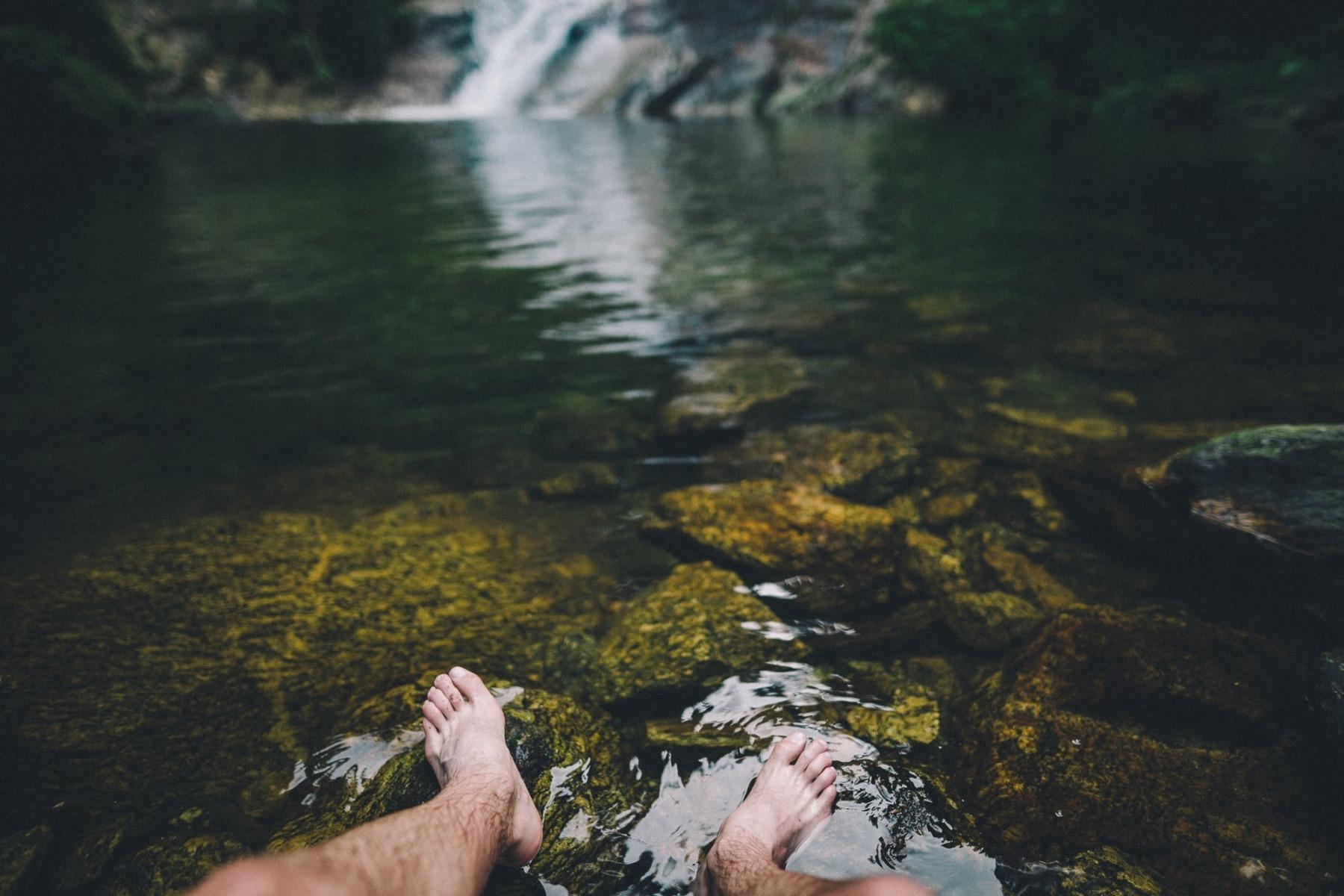 Füße hängen im Wasser