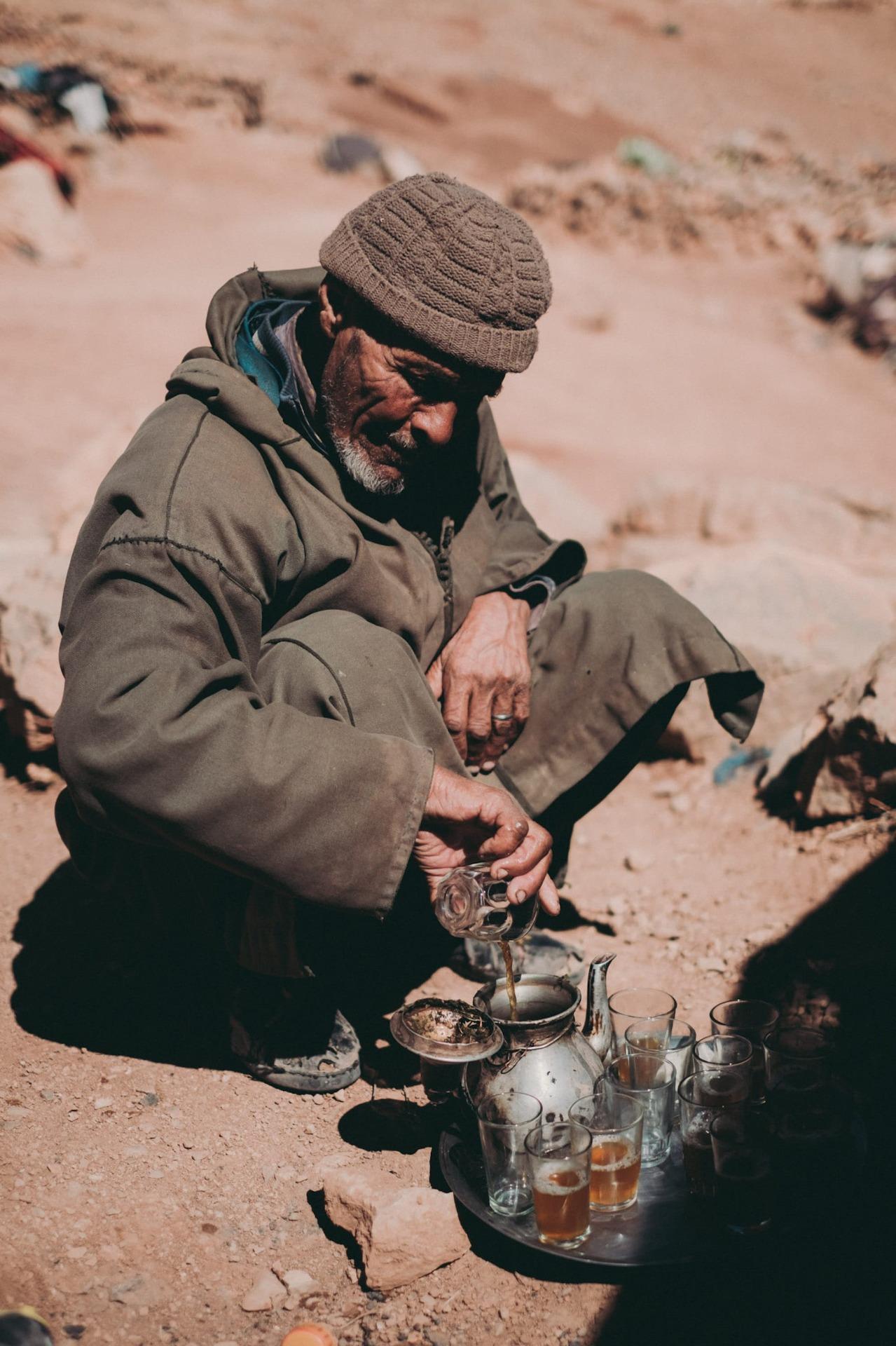 Mann kocht Tee