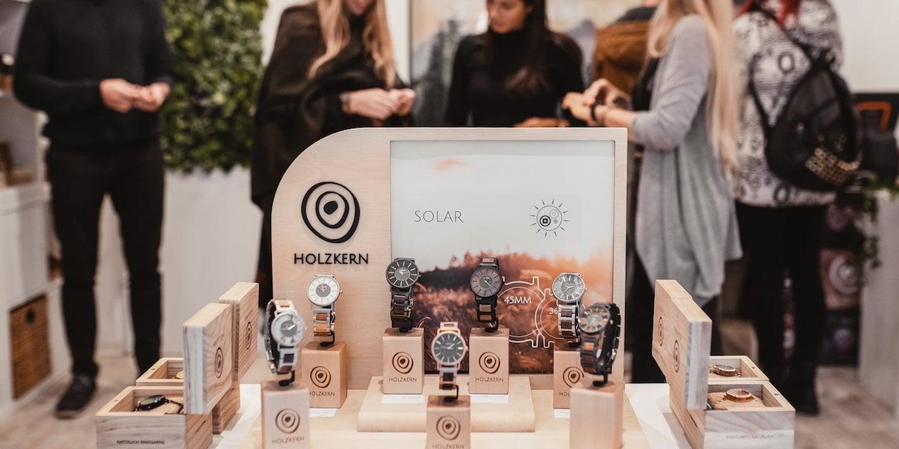 Holzkern Pop Up Store Uhren und Kunden