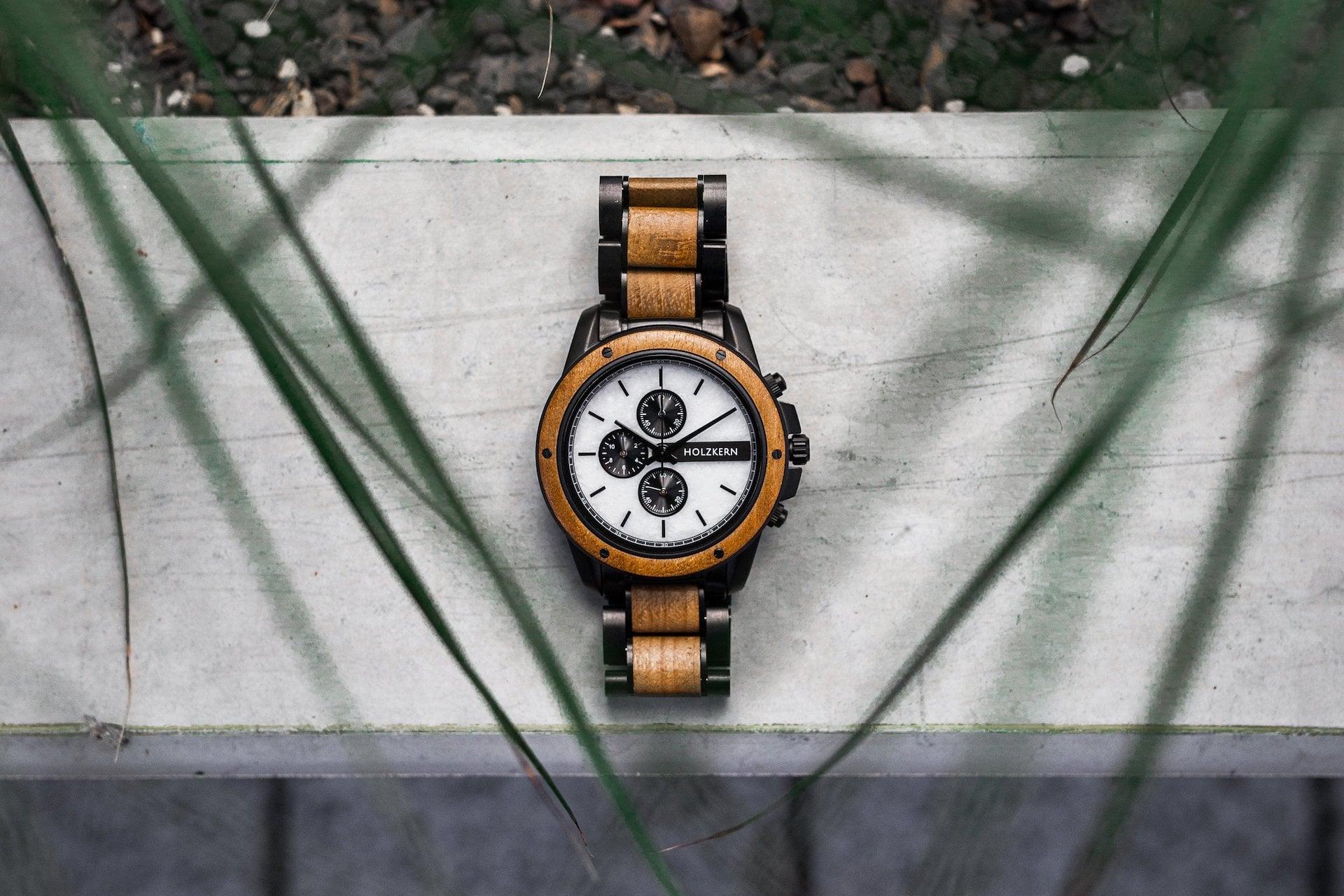 Die Uhr Lancelot aus Teak und Marmor